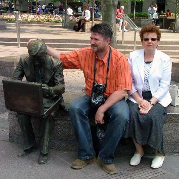 Wicemarszałek Bogdan Rzońca i wojewoda Ewa Draus usiedli przy zbudowanym na Manhattanie - jedynym na świecie ....pomniku urzędnika