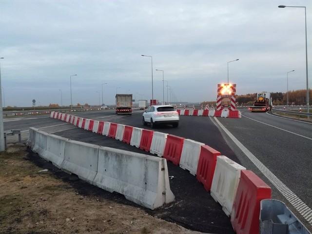 W listopadzie 2019 r. Generalna Dyrekcja Dróg Krajowych i Autostrad wykryła pęknięcia wiaduktu na A1 i ruch przez węzeł w kierunku południowym został poprowadzony tzw. przewiązką – z ominięciem uszkodzenia. Ale wykonanie prób obciążeniowych wymaga innego objazdu.
