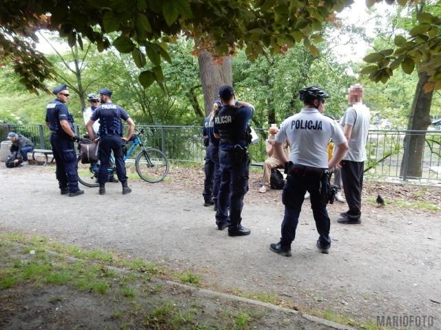 Bójka bezdomnych nad Młynówką w Opolu. Interweniowali policjanci i strażacy.