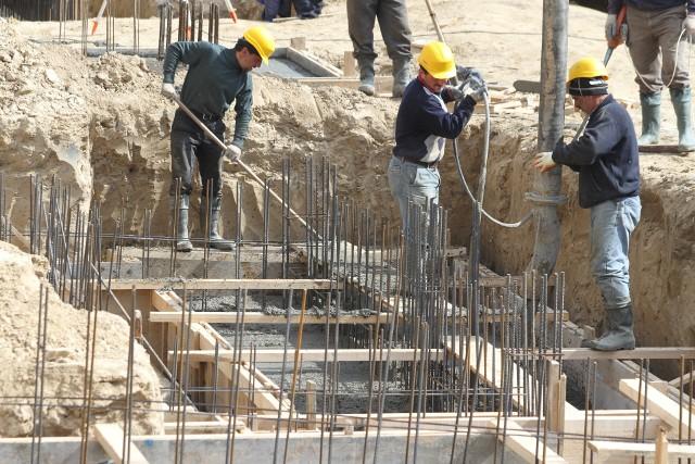 Budowa domuZima to najlepszy czas na poszukiwanie działki pod budowę wymarzonego domu.
