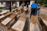 Stowarzyszenie postawiło dębowe ławki w Nekielce