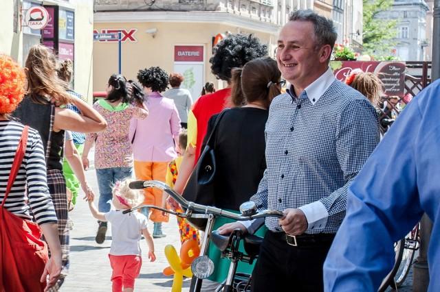 W najbliższym czasie burmistrz chce stworzyć w centrum strefę zamieszkania z ograniczonym dostępem dla pojazdów, z myślą o pieszych i rowerzystach.