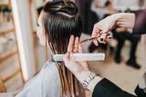 Te odmładzające fryzury dla kobiet to hit 2021 roku. Takie uczesanie włosów odejmuje po kilkanaście lat. Oto najnowsze trendy [22.04.21]