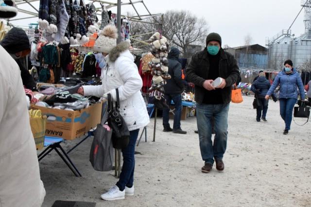 Środa jest tradycyjnym dniem targowym na opatowskim targowisku. Mimo zimowej aury i mroźnego wiatru, handel tam nie ustaje. Zobaczcie co działo się na miejskim targowisku w środę, 9 grudnia. Wśród produktów oferowanych do sprzedaży jest dużo ozdób świątecznych.  ZOBACZ NA KOLEJNYCH SLAJDACH>>>