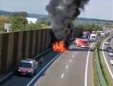 Pożar samochodu na A4 w Balicach. BMW doszczętnie spłonęło. Na autostradzie zrobił się wielki korek [ZDJĘCIA, WIDEO]