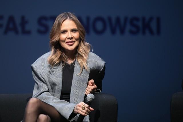 """Maja Sablewska na swoim instagramowym profilu pokazała ciekawe fotografie. Miały jeden cel - przyciągnąć uwagę do krótkiego, ale ważnego komunikatu: """"Zostań w domu"""". Na zdjęciach widać gwiazdę  Maję ubraną w rajstopowe wdzianko. Sablewska pozowała, siedząc w dużej walizce, z której wysypywały się ubrania. Pod prześwitującym """"kombinezonem"""" miała niewiele. Widać więc i jej biust, i tatuaże z różami, które Maja uwielbia.Jeszcze więcej kontrowersji wzbudziło zdjęcie, które umieściła na Instagramie na swoją 40-stkę. Zobacz na trzecim slajdzie"""
