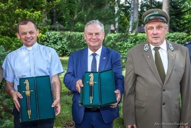 Laureatom ozdobną broń leśników polskich wręczył Andrzej Józef Nowak, dyrektor RDLP w Białymstoku