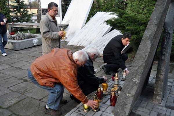 Mieszkańcy Tarnobrzega zapalili znicze ku pamięci ofiar katastrofy rządowego samolotu w Smoleńsku.