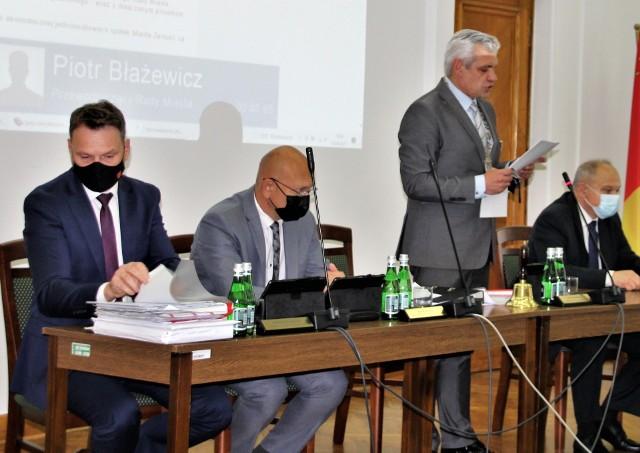 Ostatnia sesja zamojskiej Rady Miejskiej. Stoi przewodniczący Piotr Błażewicz, a obok trzej jego zastępcy (drugi z lewej - Piotr Małysz)