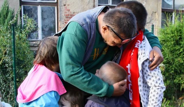 51-letni ojciec nie wyobraża sobie, że mógłby stracić swoje dzieci. Cała rodzina bardzo się kocha, choć warunki w jakich mieszka są bardzo trudne