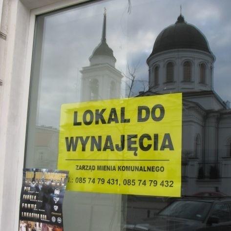 """""""Lokal do wynajęcia"""" - ogłoszenia takiej treści coraz częściej pojawiają się w witrynach byłych już placówek handlowych w śródmieściu Białegostoku. Kto wprowadzi się w miejsce sklepu sportowego?"""
