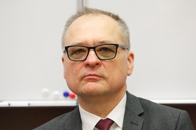 W Uniwersytecie Medycznym w Łodzi ruszyła sesja egzaminacyjna - w związku z epidemią koronawirusa - przeprowadzana głównie zdalnie. Już drugiego dnia tej sesji rektor (prof. Radzisław Kordek - na zdjęciu) zagroził ściągającym podczas takich zaliczeń na odległość, nawet odpowiedzialnością karną. >>> Czytaj dalej na kolejnym slajdzie >>>