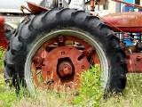 Burzyn. Mężczyzna przygnieciony przez ciągnik rolniczy. Wysłano śmigłowiec LPR