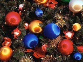 W sklepach pojawiły sie już świąteczne ozdoby na choinkę.