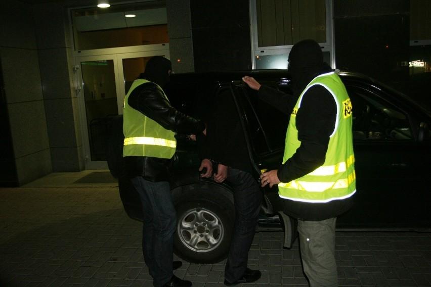 Policja rozbiła gang kiboli. Grupa zajmowała się stręczycielstwem i rozprowadzała narkotyki (FILM)