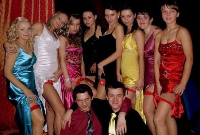 Dziewczyny z klasy IV KLD z Zespolu Szkól Spozywczych w Rzeszowie takze bawily sie juz na studniówce.