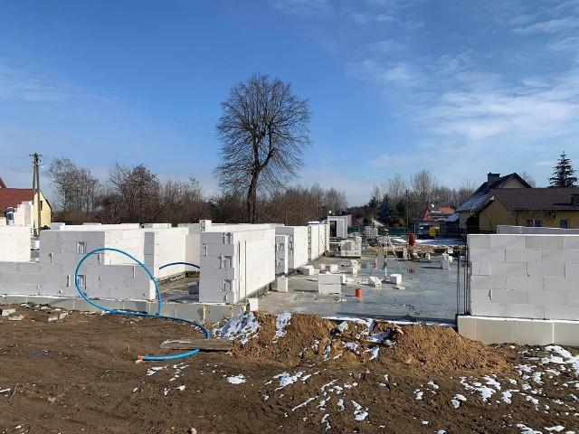 Na gminnej działce w Suchej zaczęło się murowanie ścian nowego budynku ze świetlicą wiejską i strażnicą OSP. Całość ma być gotowa wiosną 2023 roku.