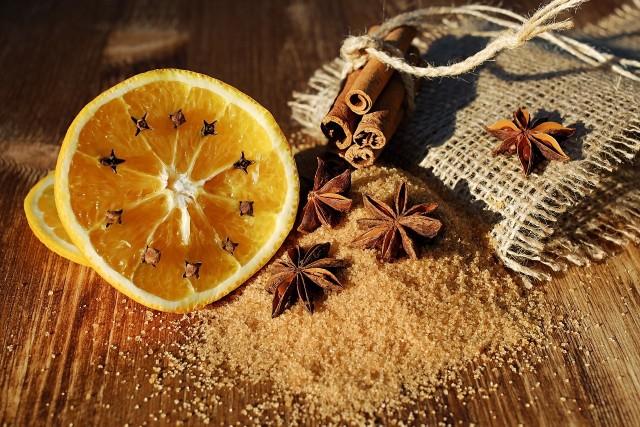 Świąteczne zapachy: goździki i pomarańczaCynamon i inne korzenne przyprawy, jak goździki, czy gwiazdki anyżu można wykorzystać do pachnących dekoracji.