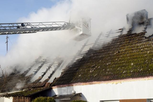 Kilka zastępów straży pożarnej gasiło pożar domu w miejscowości Wiatrowo w gm. Damnica.Straż pożarna ze Słupska i jednostki OSP walczyły dziś z ogniem, który strawił pół domu w miejscowości Wiatrowo w gm. Damnica. Jak informuje Komenda Miejska PSP w Słupsku, ogień zniszczył doszczętnie pomieszczenia i przenosił się niebezpiecznie na dach. Połowa domu, którą zajmowała jedna rodzina, nie nadaje się do zamieszkania. Lokatorzy zostali objęci już opieką gminy Damnica.Żadnej z osób zamieszkującej budynek nic się nie stało. Bez dachu nad głową pozostają dwie rodziny (w sumie 11 osób). Gmina zaoferowała poszkodowanym lokale zastępcze oraz pomoc finansową.