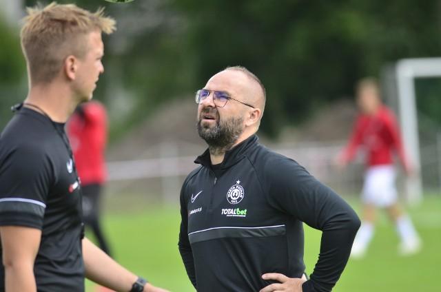 - Nie mamy odpowiedniej głębi kadry, ale okno transferowe jest otwarte i budowa zespołu się nie zakończyła - mówił otwarcie Piotr Tworek.