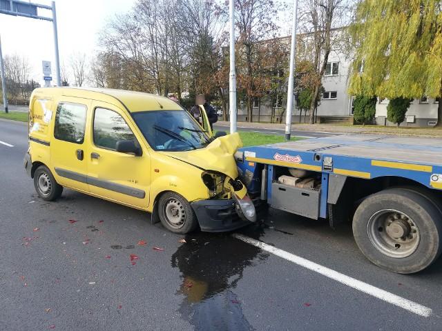 W piątek w Koszalinie przy ul. Bohaterów Warszawy doszło do wypadku. Zderzyły się tu trzy auta: osobowy renault oraz bus i ciężarówka. Zobacz także: Koszalin: wypadek na al. Monte Cassino - zderzenie auta osobowego i skutera