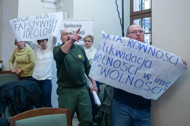 Poznańscy radni w lutym przyjęli Europejską Kartę Równości Kobiet i Mężczyzn w Życiu Lokalnym. – Hańba! Hańba! – krzyczeli jej przeciwnicy podczas sesji rady miasta.
