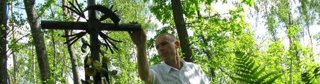 Wójt Krzysztof Szewczyk był zaskoczony leśnym grobem, który mu pokazaliśmy.
