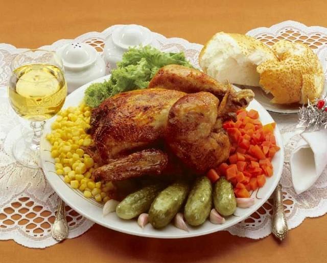Przepis na roladki w pomidorach można wykorzystać do przygotowania całego kurczaka