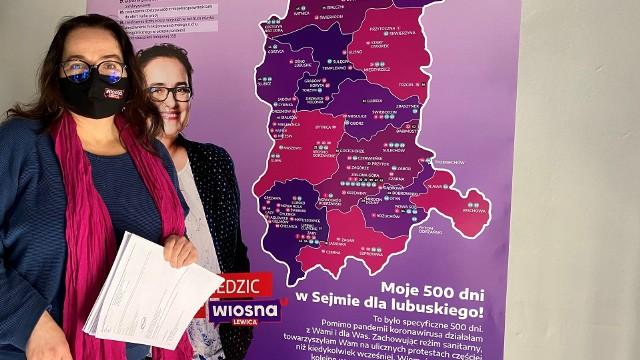 Posłanka Anita Kucharska – Dziedzic przy plakacie będącym przedmiotem sporu z MZK