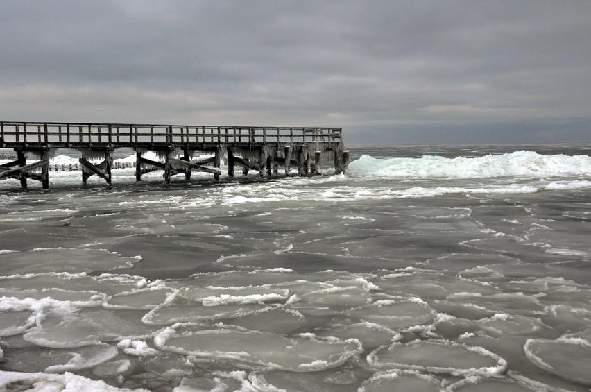 Zima na przełomie 2019-2020 nie należała do srogich. Śniegu było jak na lekarstwo, a i temperatury nie były zbyt niskie. Dziś wspominamy, jak wyglądała zima w 2010 roku nad morzem. Zobaczcie wyjątkowe zdjęcia koszalińskiego fotografa Krzysztofa Sokołowa.