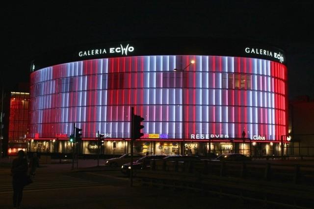 Biało-czerwona iluminacja składająca się z ponad 500 lamp typu LED wspiera w mistrzostwach polską reprezentację w piłce nożnej.