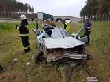 Autostrada A2 - wypadek na węźle Trzciel. Osobówka rozerwana po uderzeniu w naczepę tira [ZDJĘCIA]