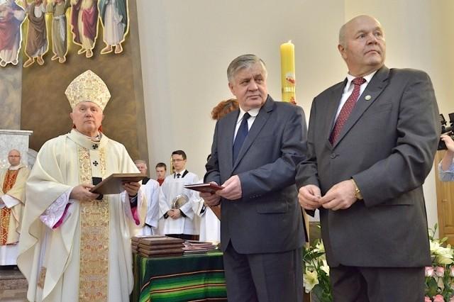 Abp Ozorowski rozdał medale rolnikom i przedsiębiorcom na uroczystości ku czci św. Izydora Oracza w kościele pw. Ducha Świętego w Białymstoku