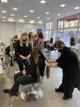 """Chorzów. Akcja """"Daj Włos"""" w salonie Mc Hair. Oddali włosy na peruki dla pań chorych na raka. Warkocze musiały mieć min. 25 cm"""