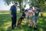Policjanci zorganizowali imprezę plenerową dla dzieci. W Niepruszewie tłumaczyli, o czym trzeba pamiętać, by wakacje były bezpieczne