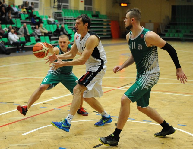 Artur Mikołajko rzucił niemało, bo 24 punkty, ale przemyślanie i tak przegrali.