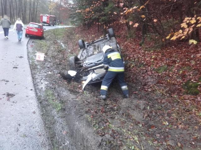 We wtorek przed godz. 12 doszło do wypadku na drodze wojewódzkiej nr 163 między miejscowościami Połczyn-Zdrój - Kluczewo. - Samochód osobowy na zakręcie wypadł z drogi i dachował na poboczu - podaje Ochotnicza Straż Pożarna w Połczynie-Zdroju na swoim profilu facebookowym. - Podróżujące dwie osoby same wydostały się z samochodu przed przybyciem służb ratowniczych - na szczęście nie odniosły obrażeń. Do działań skierowano OSP Połczyn-Zdrój, PSP Świdwin, Zespół Ratownictwa Medycznego oraz Policję.Zobacz także: śmiertelny wypadek w Mścicach