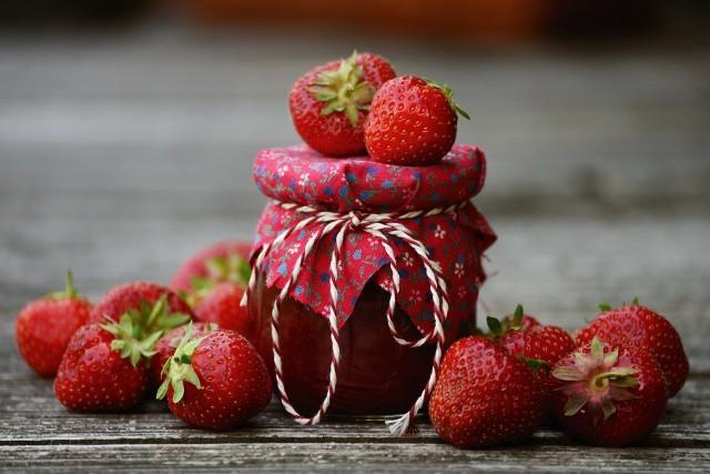 Dżem truskawkowy pozwala poczuć smak lata prosto ze słoiczka. Przepis na przygotowanie jest prosty.