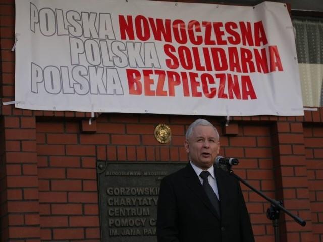 JAROSŁAW KACZYŃSKIMa 62 lata. Jest doktorem prawa. Od lat 70. zaangażowany w działalność opozycyjną, współpracował z Komitetem Obrony Robotników (KOR) i Komitetem Helsińskim w latach 80. Doradca i członek podziemnych władz krajowych Niezależnego Związku Zawodowego Solidarność. Senator I kadencji. Założyciel i prezes partii Porozumienie Centrum w latach 1990 - 1998. W 2001 r. założył Prawo i Sprawiedliwość. 10 lipca 2006 został premierem. 26 kwietnia 2010 r. (16 dni po katastrofie smoleńskiej, w której zginał jego brat, śp. prezydent Lech Kaczyński) ogłosił swój start w przedterminowych wyborach prezydenckich. Przegrał w drugiej turze z Bronisławem Komorowskim.