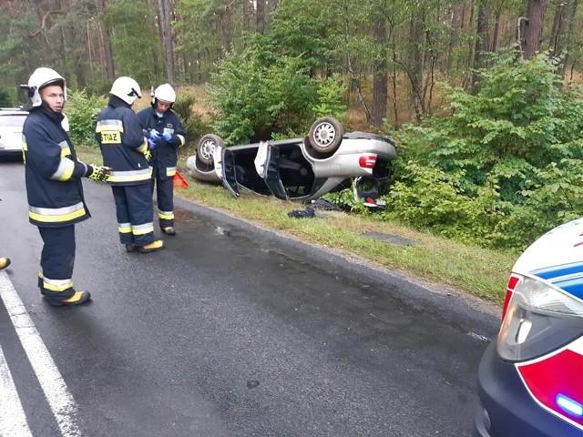 Do wypadku drogowego doszło na drodze wojewódzkiej nr 212 między Bytowem a Chojnicami. Niedaleko miejscowości Jaranty dachował samochód osobowy. Kierowca i pasażer doznali niegroźnych obrażeń.