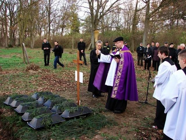 Trumny ze szczątkami ofiar wojennej zbrodni poświęcił ks. Paweł Bryk z Brójeckiej parafii.