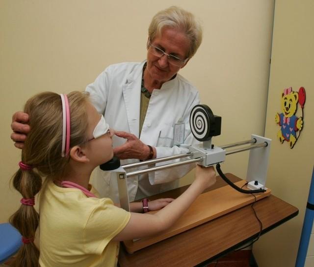 """Urządzenie zwane """"ślimakiem"""" pozwala uzyskać lepszą zbieżność oczu. Na zdjęciu profesor Danuta Karczewicz."""