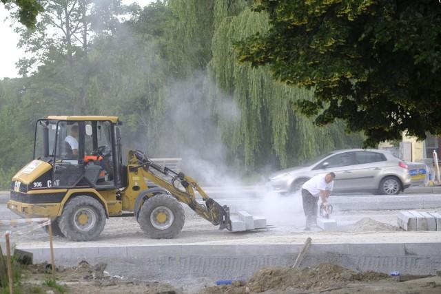 Buduje się w Toruniu! Na razie kierowcy w wielu miejscach w mieście muszą liczyć się z utrudnieniami, ale remonty dróg przeprowadzane są po to, by jeździło się nam bezpieczniej. Oto najważniejsze inwestycje drogowe, komunikacyjne i wodociągowe, jakie są obecnie przeprowadzane w naszym mieście. >>>>>CZYTAJ DALEJ