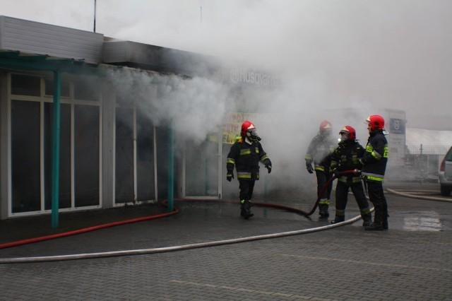 Do pożaru doszło po południu w Nowej Soli. Spłonął serwis kosiarek i skuterów. Straty mogą wynieść nawet pół miliona złotych.