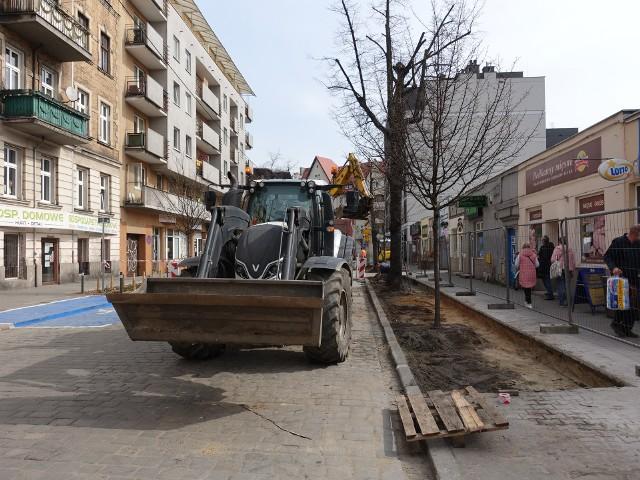 Na ul. Sikorskiego sadzone są teraz krzewy i pięć drzew; wcześniej ZDM wystawił znaki zakazujące parkowania.Przejdź do kolejnego zdjęcia --->