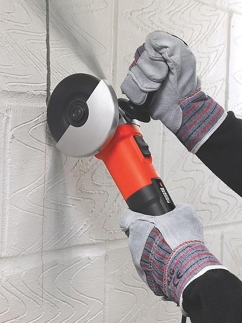 Szlifierka kątowa KG750 marki Black & DeckerJednym z zastosowań szlifierki kątowej jest cięcie płytek ceramicznych.