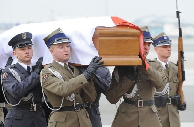 Trumna z ciałem prezydenta Lecha Kaczyńskiego na wojskowym lotnisku Okęcie.