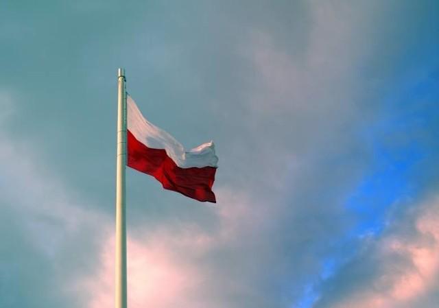 Nie każdy fragment biało-czerwonego materiału jest symbolem państwowym. Flaga państwowa ma ściśle określone proporcje - to prostokąt o stosunku wysokości do długości 5:8, o dwóch pasach poziomych równej szerokości, białym u góry i czerwonym u dołu . Ma także precyzyjnie określone odcienie barw zapisane w ustawie. Czerwień powinna mieć odcień karmazynu, cynobru. Biel nie powinna być odcieniem srebra. Flagę eksponuje się na masztach, w czasie marszów, na ulicznych latarniach i przed domami umieszcza się ją na drzewcu. Po fladze państwowej nie wolno pisać i rysować.