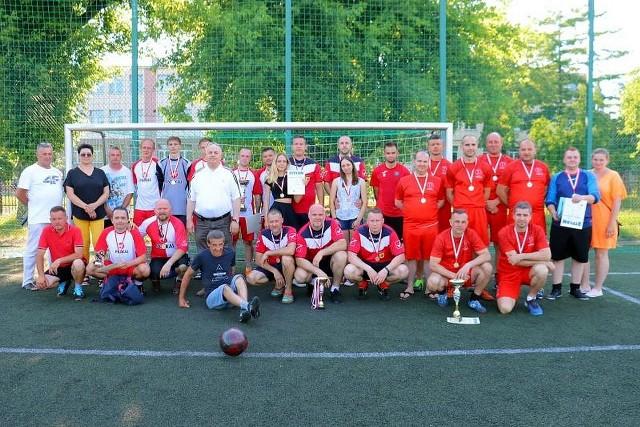 Uczestnicy turnieju Mini - Euro 2020 o Puchar Starosty Inowrocławskiego na Orliku przy Zespole Szkół Chemiczno-Elektronicznych w Inowrocławiu