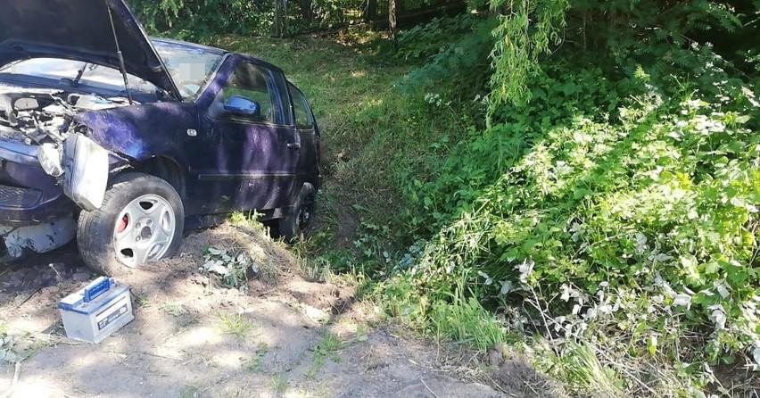 W Bobrownikach kierowca jechał środkiem jezdni. Volkswagen w rowie